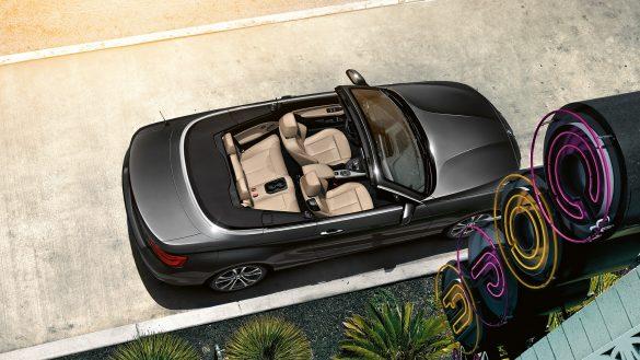 BMW 2er Cabrio mit offenem Verdeck aus der Vogelperspektive