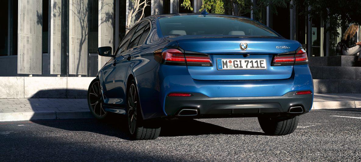 Freiform-Endrohre BMW 5er Limousine G30 Facelift 2020 Phytonicblau Nahaufnahme Heck