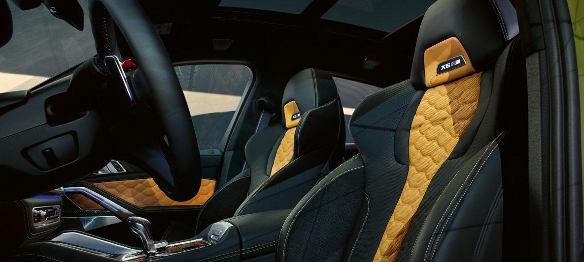 M Multifunktionssitze mit beleuchtetem X6 M Schriftzug BMW X6 M Competition F96 Innenraum