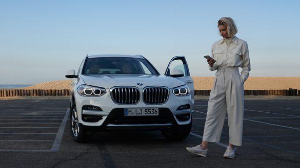 BMW X3 G01 Kataloge App Frau neben BMW 2021