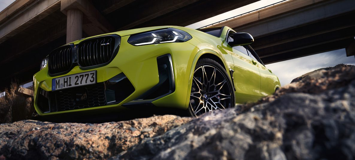 BMW X4 M Competition F98 LCI Facelift 2021 Sao Paulo Gelb Dreiviertel-Frontansicht mit Untersicht unter Brücken